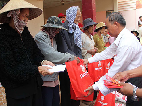 Đại diện Công ty CP Đồng Tâm trao quà cho bà con nghèo tại Long An vào sáng 10-2 Ảnh: NGUYÊN KHÔI