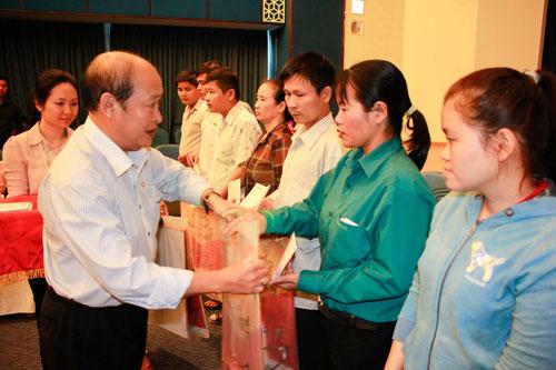 Ông Nguyễn Thanh Hùng, Phó Bí thư Thường trực Đảng ủy Ngân hàng Đông Á, trao quà cho công nhân