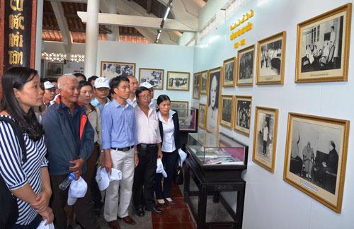 Các kỹ sư, công nhân tiêu biểu đang xem triển lãm về thân thế và sự nghiệp Bác Tôn