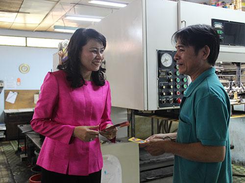 Bà Nguyễn Thị Thu, Chủ tịch LĐLĐ TP HCM, lì xì cho công nhân Công ty CP In Người Lao Động