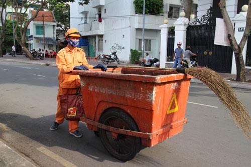 Anh Nguyễn Văn Sang lặng lẽ với công việc của một công nhân vệ sinh