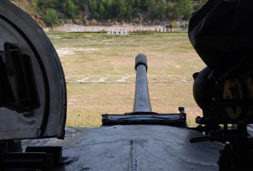 Giá rung tại trường bắn của Lữ đoàn tạo điều kiện để các kíp xe thực hành bắn trong điều kiện rung lắc sát với thực tế.