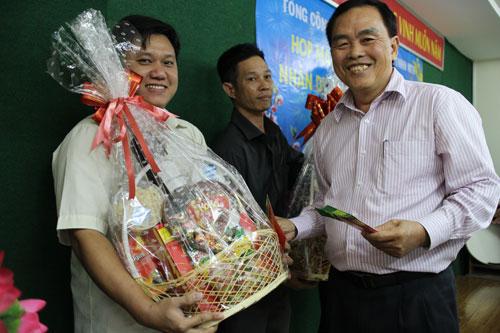 Ông Nguyễn Vũ Thân, Phó Bí thư Thường trực Đảng ủy Tổng Công ty Văn hóa Sài Gòn, tặng quà và lì xì Tết cho công nhân khó khăn năm 2014