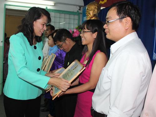 Bà Nguyễn Thị Thu, Chủ tịch LĐLĐ TP HCM, trao bằng khen của Tổng LĐLĐ Việt Nam cho tập thể xuất sắc của quận Phú Nhuận Ảnh: THANH NGA