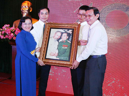 Bà Thân Thị Thư, Trưởng Ban Tuyên giáo Thành ủy TP HCM, tặng quà lưu niệm cho đại diện Ban Biên tập Báo Sài Gòn Giải Phóng