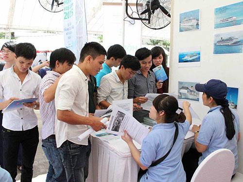 Sinh viên Trường CĐ Nghề Yên Bái tìm kiếm cơ hội việc làm tại hội chợ