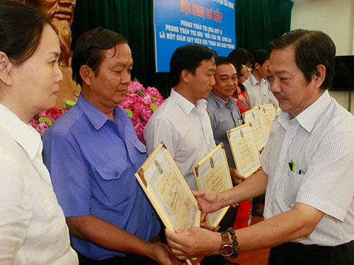 Ông Nguyễn Phi Hổ, Phó Ban Chính sách - Pháp luật LĐLĐ TP HCM, trao bằng khen cho các tập thể xuất sắc