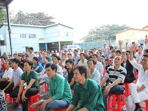 Công nhân Công ty CP Cơ khí - Xây dựng Tháp Kim hào hứng tham gia thi đố vui về kiến thức pháp luật Ảnh: THANH NGA