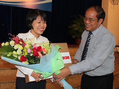 Ông Nguyễn Văn Ngàng, Phó Chủ tịch Tổng LĐLĐ Việt Nam, trao giải thưởng cho thí sinh đoạt giải