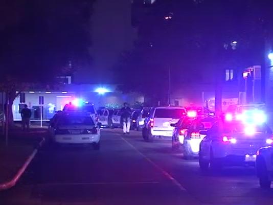Cảnh sát tập trung tại bệnh viện để giải quyết tình hình. Ảnh: KHOU