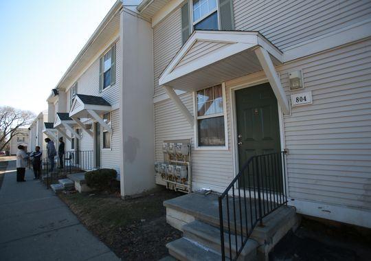 kẻ tình nghi bị bắt tại một ngôi nhà gần đó cũng trong khu phức hợp này. Ảnh: Detroit Free Press
