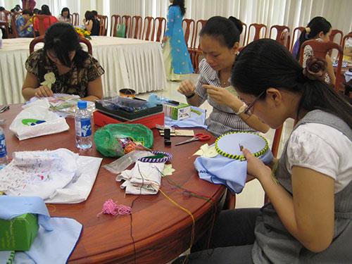 Hội thi thêu khăn tay tặng chiến sĩ Trường Sa do Công đoàn Viên chức TP HCM tổ chức