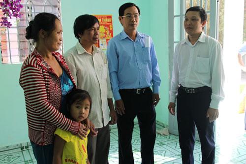 Đại diện Tổng Công ty Nông nghiệp Sài Gòn thăm hỏi bà con được tặng nhà mới
