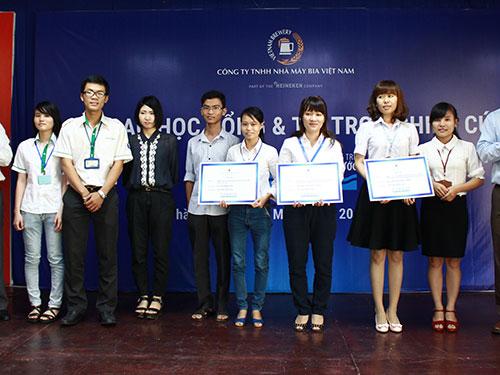 Các sinh viên nhận học bổng sáng 20-1 tại Trường ĐH Sư phạm Kỹ thuật TP HCM