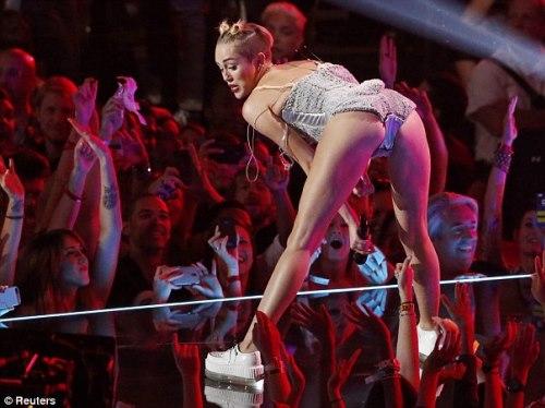 Cô từng bị chỉ trích vì màn trình diễn thô tục trên sân khấu lễ trao giải này