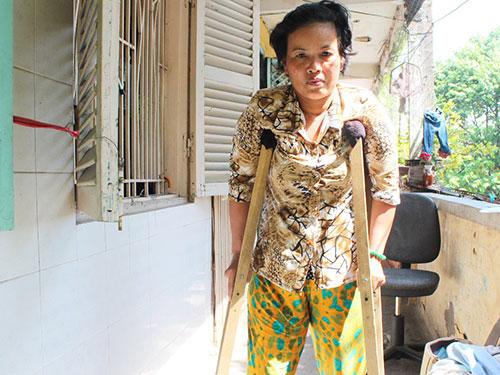Sau 3 lần phẫu thuật, chị Phạm Thị Ri vẫn đi lại rất khó khăn