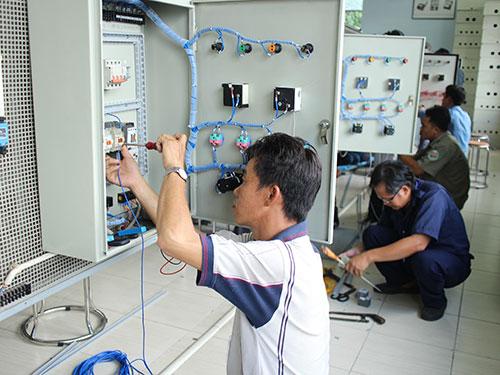 Các thí sinh tham gia Hội thi Bàn tay vàng ngành điện công nghiệp do LĐLĐ TP HCM tổ chức