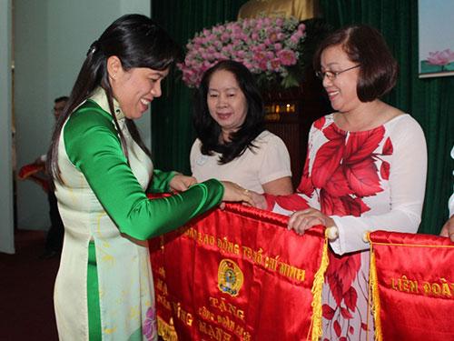 Bà Nguyễn Trần Phượng Trân, Phó Chủ tịch LĐLĐ TP HCM, trao cờ thi đua xuất sắc cho các tập thể tại quận 6, TP HCM