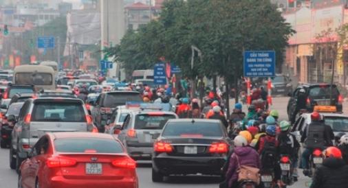 Càng về chiều, lượng xe càng tăng khiến tuyến đường bị ùn tắc, các phương tiện lao lên vỉa hè