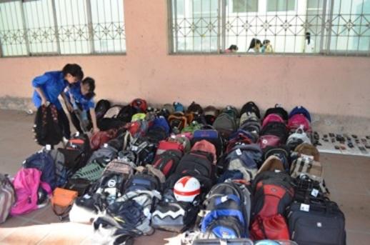 Đồ đạc của học sinh được gửi phía ngoài phòng thi