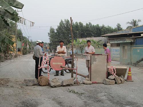 Người dân lập hàng rào chặn xe trên đường Đinh Quang Ân