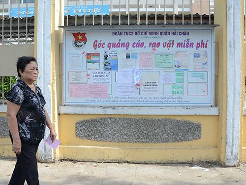 Bảng quảng cáo, rao vặt miễn phí phía trước Trường THCS Nguyễn Huệ (quận Hải Châu, TP Đà Nẵng) Ảnh: BÍCH VÂN