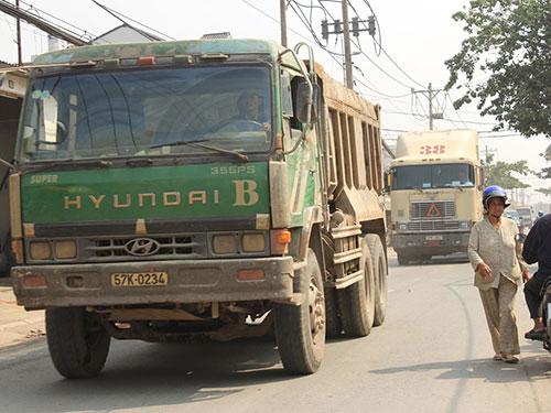 Xe tải là nỗi khiếp sợ của người dân lưu thông trên đường Nguyễn Duy Trinh Ảnh: TRƯỜNG HOÀNG
