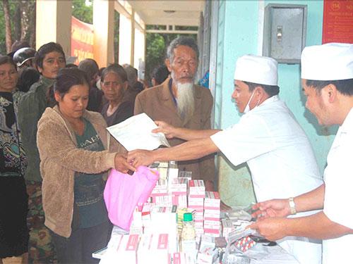 Bác sĩ Bệnh viện Quân y 211 - Quân đoàn 3 khám bệnh, cấp thuốc cho người dân địa phương
