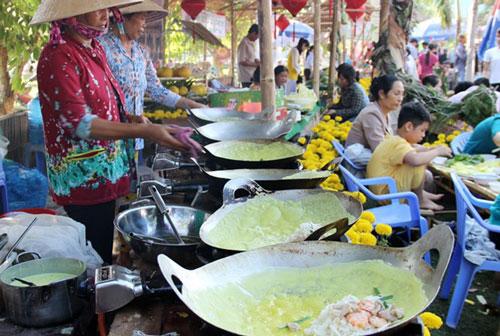 Các nhân công của bà Mười Xiềm đổ bánh xèo tại lễ hội Bánh dân gian Nam Bộ vừa qua