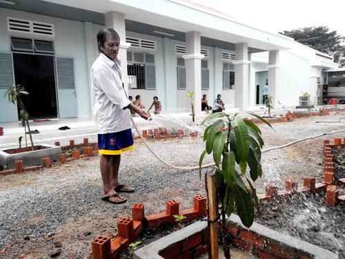Nhiều người già ở Trung tâm Chánh Phú Hòa được cán bộ chăm sóc nên cảm thấy vui vẻ, không phải lang thang dầm mưa dãi nắng xin ăn  Ảnh: NHƯ PHÚ