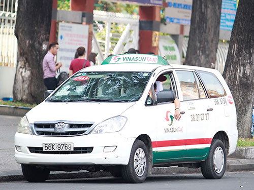 Hầu hết doanh nghiệp vận tải taxi đã điều chỉnh giảm giá cước nhưng không tương xứng với tỉ lệ giảm giá xăng dầu.  Ảnh: Hoàng Triều