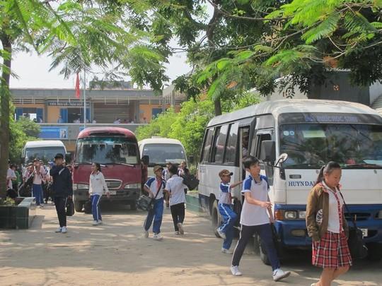 Xe đưa rước học sinh tại Trường THCS Thị Trấn, huyện Củ Chi (TP HCM). Ảnh: Thu Hồng
