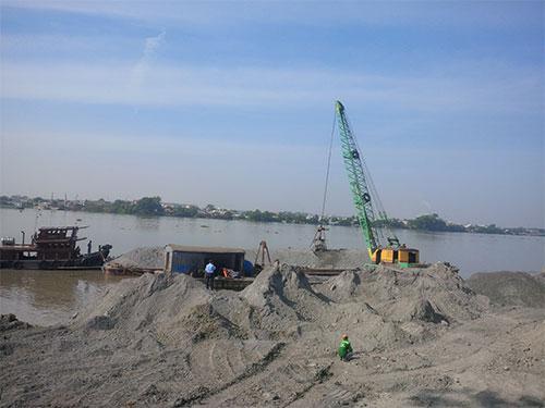 Sà lan chở đất đá của Công ty Toàn Thịnh Phát lấp sông Ảnh: Xuân Hoàng