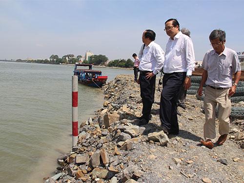 """Các cán bộ thuộc Ủy ban Khoa học - Công nghệ và Môi trường của Quốc hội khảo sát khu vực dự án """"Cải tạo cảnh quan và phát triển đô thị ven sông Đồng Nai"""" ngày 28-3 Ảnh: XUÂN HOÀNG"""