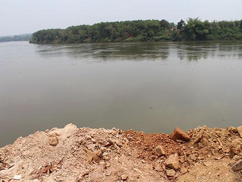"""Dù việc lấp sông Đồng Nai tại huyện Vĩnh Cửu xảy ra cả tháng trời nhưng cơ quan chức năng và chính quyền địa phương vẫn không rõ ai là """"thủ phạm"""""""