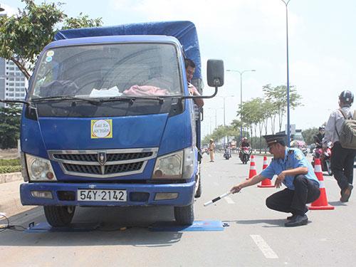 Thanh tra Giao thông cùng lực lượng CSGT phối hợp xử lý xe chở quá tải ngày 23-4 ở TP HCM