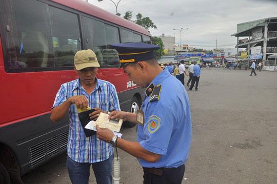 Lực lượng liên ngành kiểm tra xe khách vào Bến xe Miền Đông sáng 18-6
