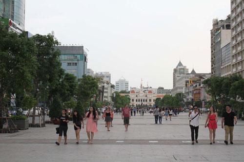 Phố đi bộ Nguyễn Huệ (quận 1, TP HCM) thu hút đông đảo người dân đến vui chơi Ảnh: HOÀNG TRIỀU