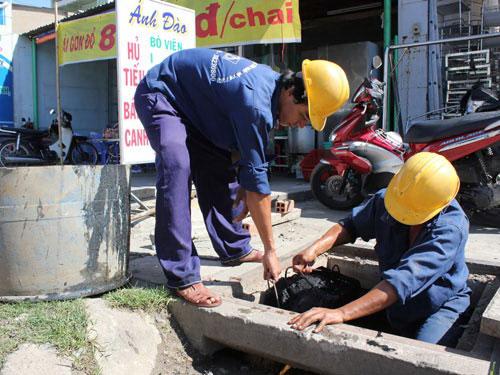 Công nhân Công ty TNHH MTV Thoát nước đô thị làm việc ở quận 2, TP HCM