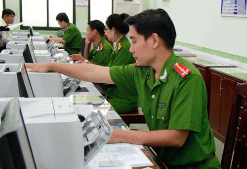Cán bộ Phòng Cảnh sát quản lý hành chính về trật tự xã hội Công an TP HCM trong giờ làm việc Ảnh Hoàng Triều