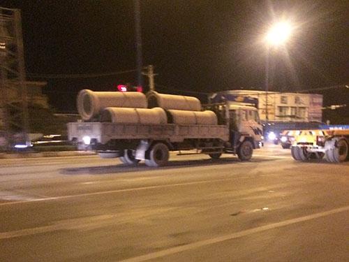 Xe quá tải chạy trên xa lộ Hà Nội (đoạn ngã tư Thủ Đức, TP HCM) vào đêm 9-6 Ảnh: THÀNH ĐỒNG