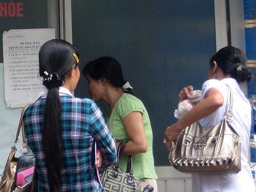 Cò mua bán giấy chứng nhận sức khỏe đứng đầy các bệnh viện