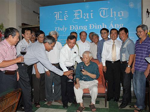 Các học trò chúc mừng đại thọ 90 tuổi của GS-TS Đặng Đình Áng vào ngày 15-3