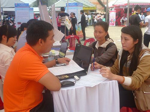 Học sinh tìm hiểu thông tin về 16 nhóm ngành nghề và các trường nghề trên địa bàn TP HCM