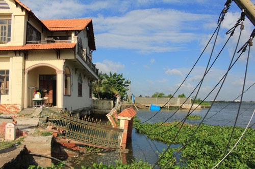 Đoạn sạt lở rộng khoảng 2.000 m2 với nhiều tài sản bị nhấn chìm