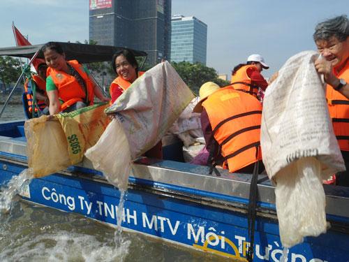 475.000 con cá giống đã được thả xuống kênh Tàu Hũ - Bến Nghé ngày 24-4 Ảnh: Gia Minh