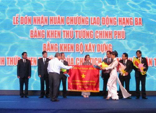 Trao cờ truyền thống trong buổi lễ ngày 22-5