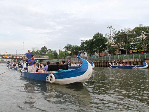 Từ nay, người dân TP HCM hay du khách có thể thư thái ngắm cảnh TP từ dưới nước Ảnh: HOÀNG TRIỀU