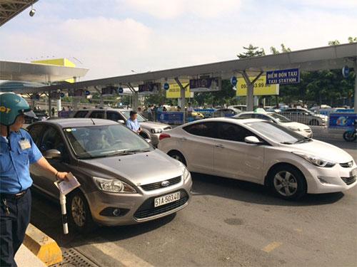 Thanh tra Sở GTVT TP HCM kiểm tra ô tô sử dụng phần mềm Uber ở sân bay Tân Sơn Nhất