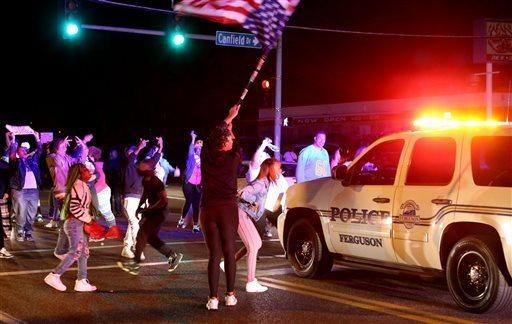 Những người biểu tình chặn đường ở TP Ferguson. Ảnh: AP